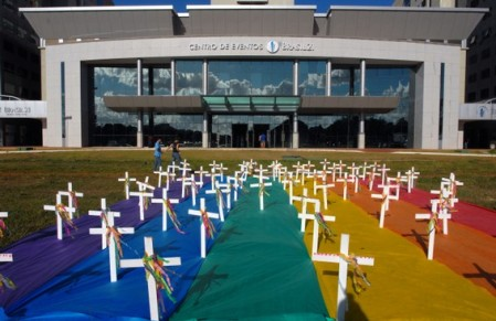 Brasília - Participantes da 1ª Conferência Nacional de Gays, Lésbicas, Bissexuais, Travestis e Transexuais (GLBT) realizam manifestação contra violência sofrida por homossexuais Foto: Elza Fiuza/ABr 2008